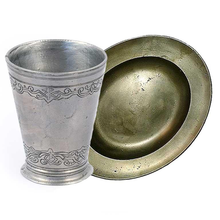Cínové poháry a talíře